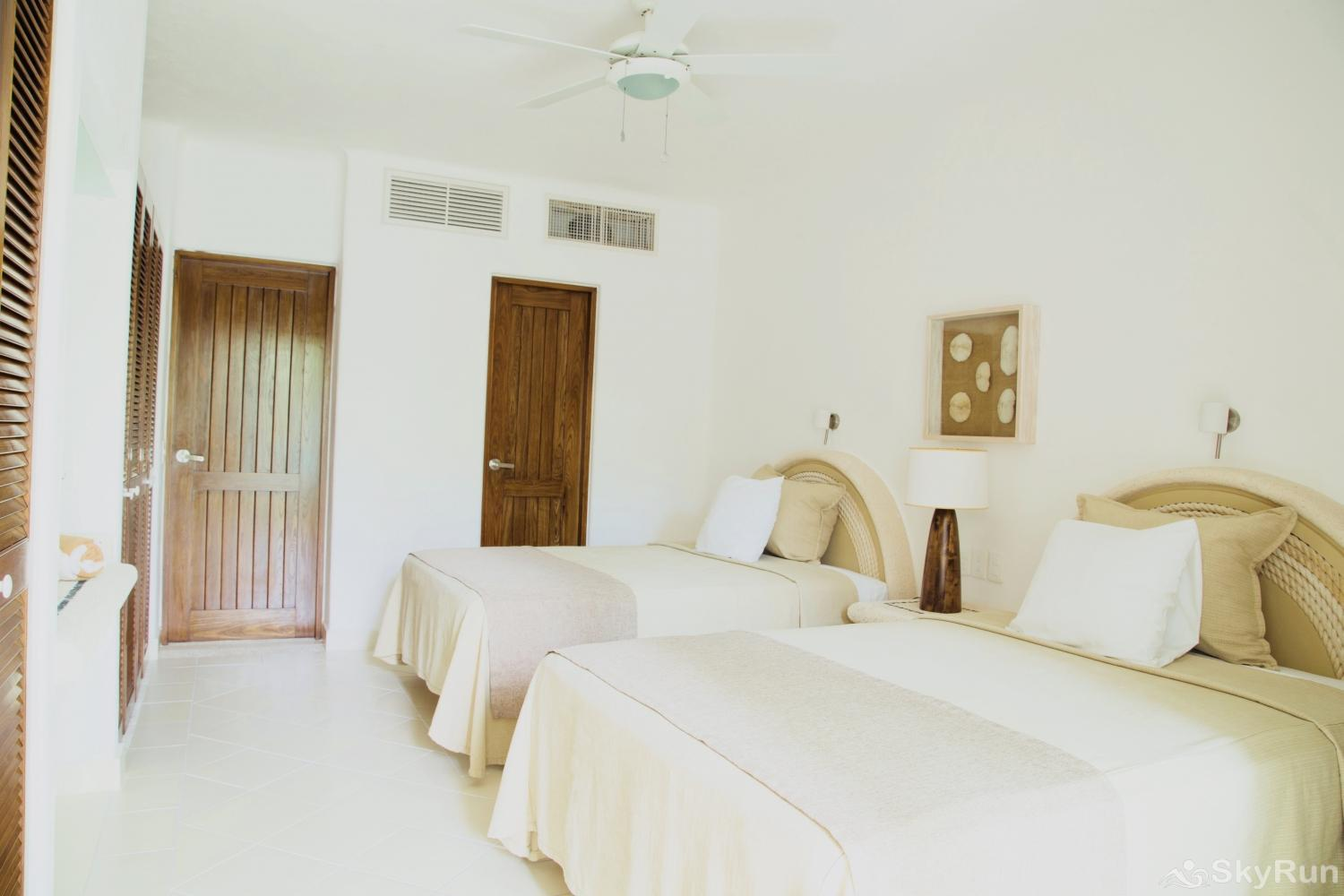 Las villas Akumal 103 3 Bedroom Beachfront 2nd Bedroom 2 Queen Beds