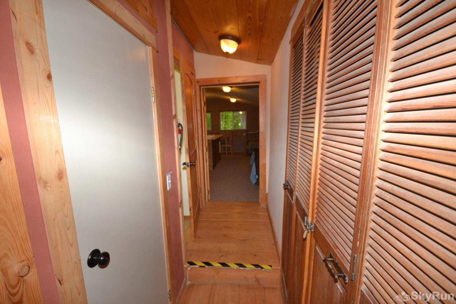 The Studio at Stillwater Mountain Lodge Shared hallway (with step) leading up to studio