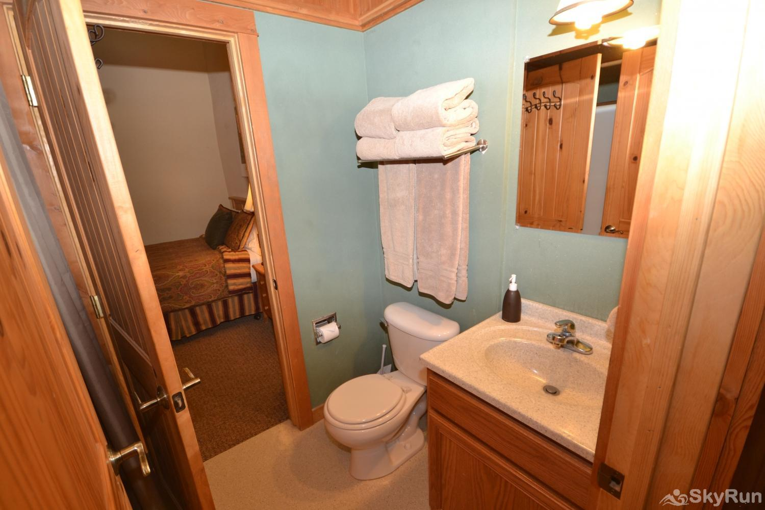 Stillwater Mountain Lodge Shared bathroom for 2nd and 3rd bedrooms in Great Housem
