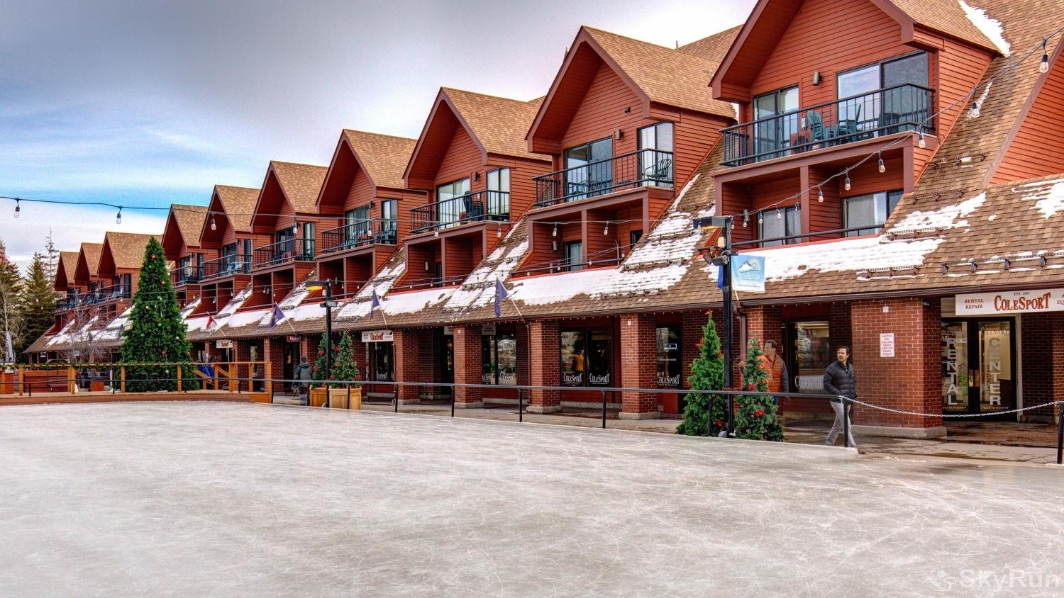 Village Loft 2 Bedroom Ski-In Ski-Out! Ice Rink just outside condo