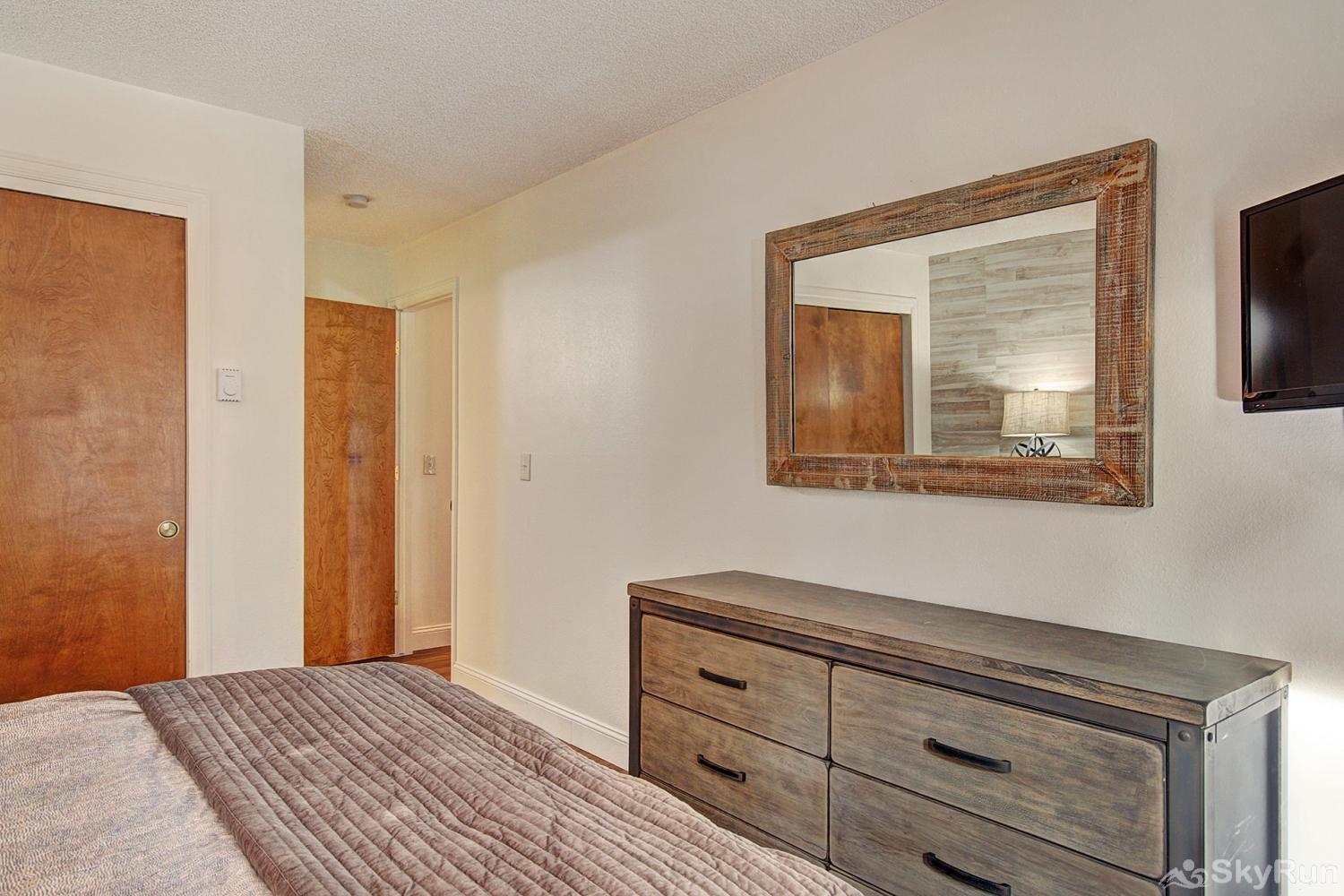 Tyra Summit A2E Queen master suite with flat screen TV and ensuite bath
