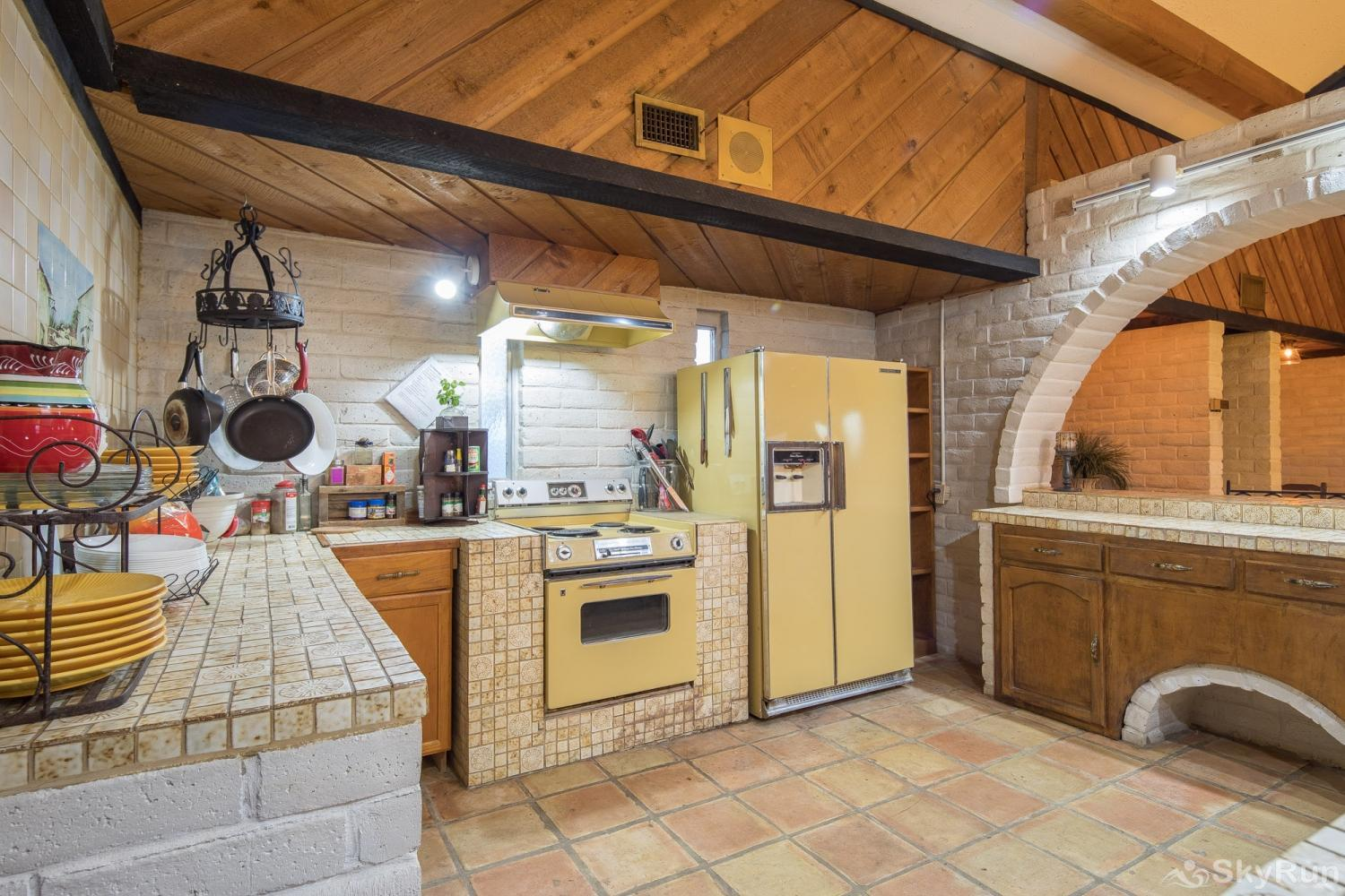 HACIENDA LAKE LODGE Kitchen equipped with all cooking and dining essentials