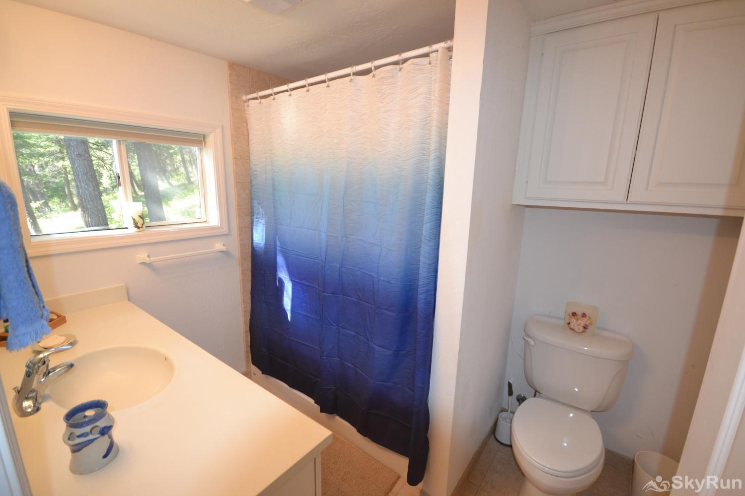 Lodgepole Ridge Cottage Bathroom with shower/tub combo