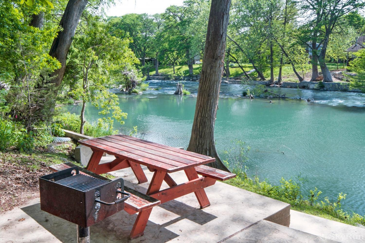 GRUENE GETAWAY Picnic and barbecue area