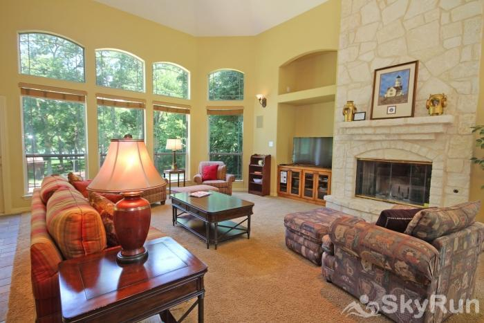 PECAN SHORES RETREAT Living Area with Tall Ceilings and HDTV