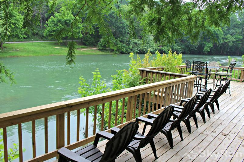 GUADALUPE RIVER GETAWAY Huge Riverside Deck