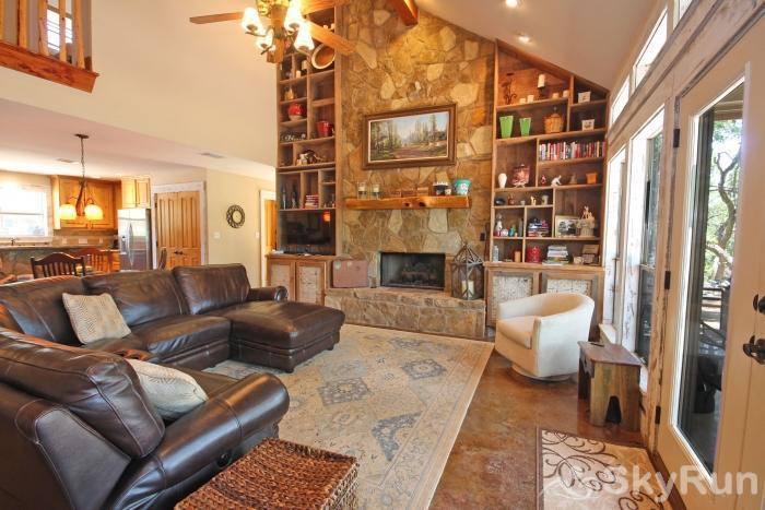 HILLTOP HIDEAWAY AND BUNKHOUSE COMBO Spacious Living Area