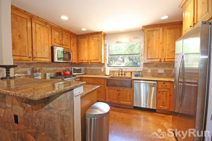 HILLTOP HIDEAWAY AND BUNKHOUSE COMBO Luxurious and Fully Equipped Kitchen