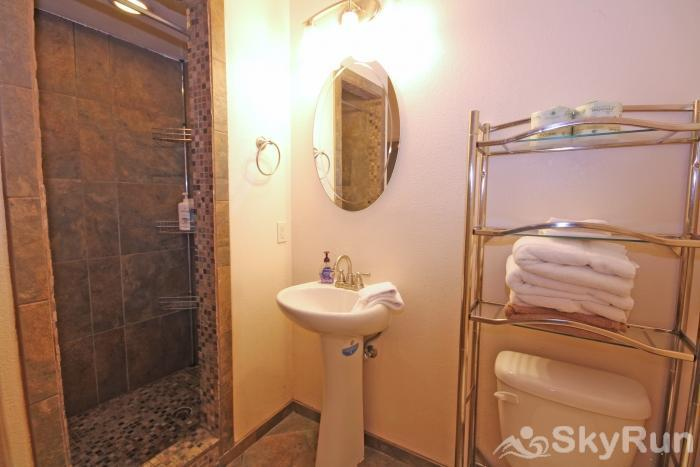 JACKS RIVER HAUS Full Bath in Studio Apartment