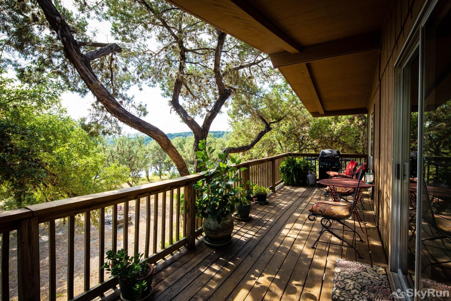 CASA DEL LAGO Deck area with lake view, shaded by oak trees